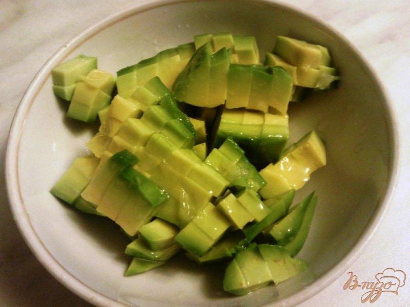 Фото приготовление рецепта: Салат с авокадо и форелью шаг №1