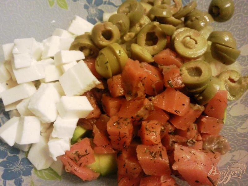Фото приготовление рецепта: Салат с авокадо и форелью шаг №3