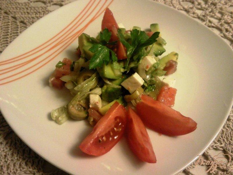 Фото приготовление рецепта: Салат с авокадо и форелью шаг №4