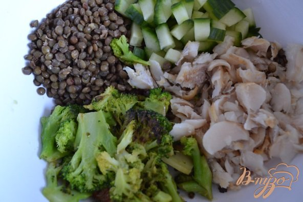 Фото приготовление рецепта: Салат с рыбой и чечевицей шаг №4