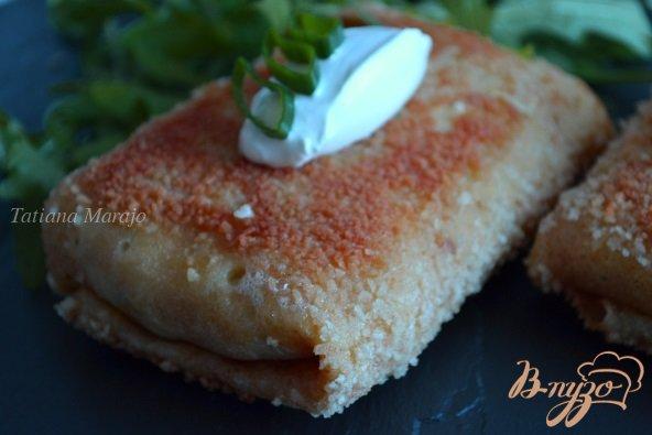 Фото приготовление рецепта: Блинные пирожки с яйцом и зеленым луком шаг №8