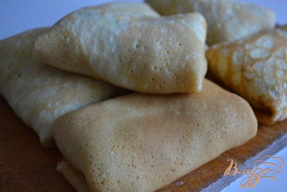 Фото приготовление рецепта: Блинные пирожки с яйцом и зеленым луком шаг №5