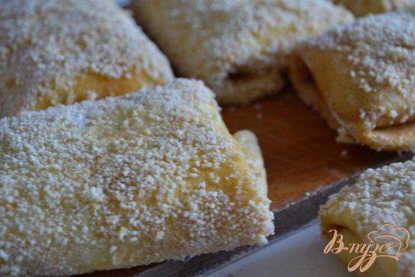 Фото приготовление рецепта: Блинные пирожки с яйцом и зеленым луком шаг №6