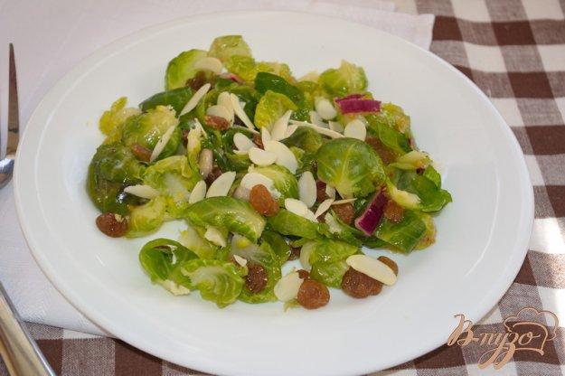 фото рецепта: Салат с брюссельской капустой и изюмом