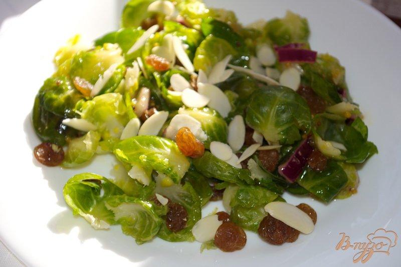 Фото приготовление рецепта: Салат с брюссельской капустой и изюмом шаг №4