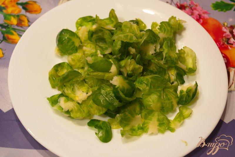 Фото приготовление рецепта: Салат с брюссельской капустой и изюмом шаг №1