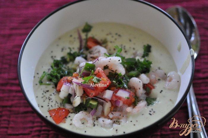 Фото приготовление рецепта: Суп с авокадо и креветками,томатной сальсой шаг №4