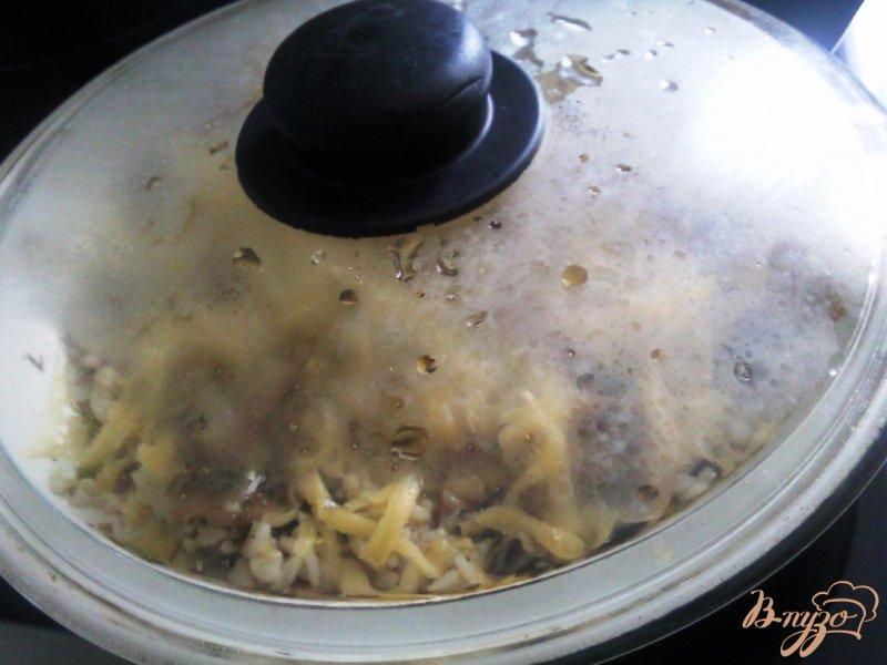 Фото приготовление рецепта: Рис с грибами под сыром шаг №5