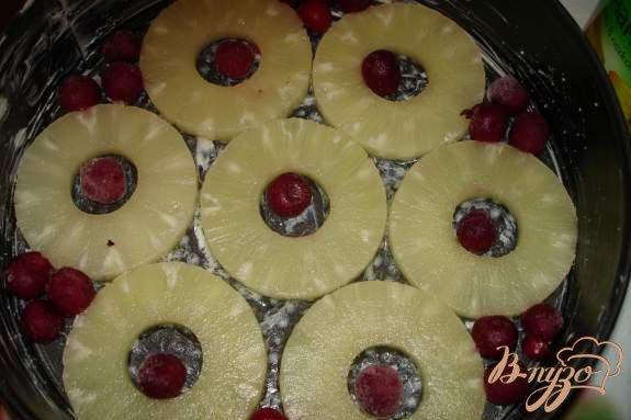 Фото приготовление рецепта: Английский пирог с ананасом и вишней шаг №2