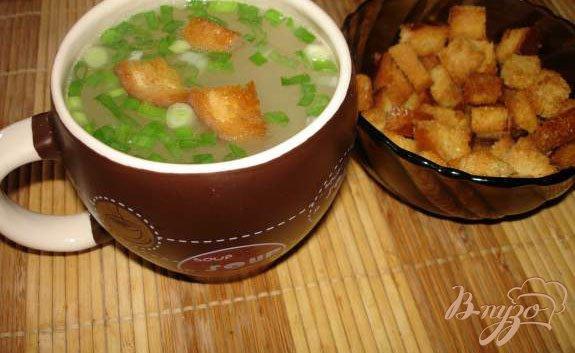 Фото приготовление рецепта: Бульон из курицы с макаронами и гренками шаг №5