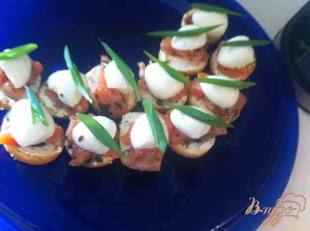 Рецепт Брускетта с лососем и перепелиными яйцами