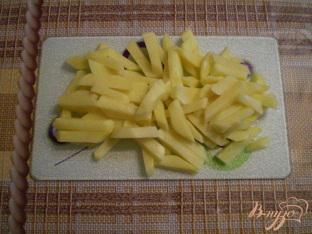 Фото приготовление рецепта: Картофель с яично-сметанной заливкой в мультиварке шаг №2