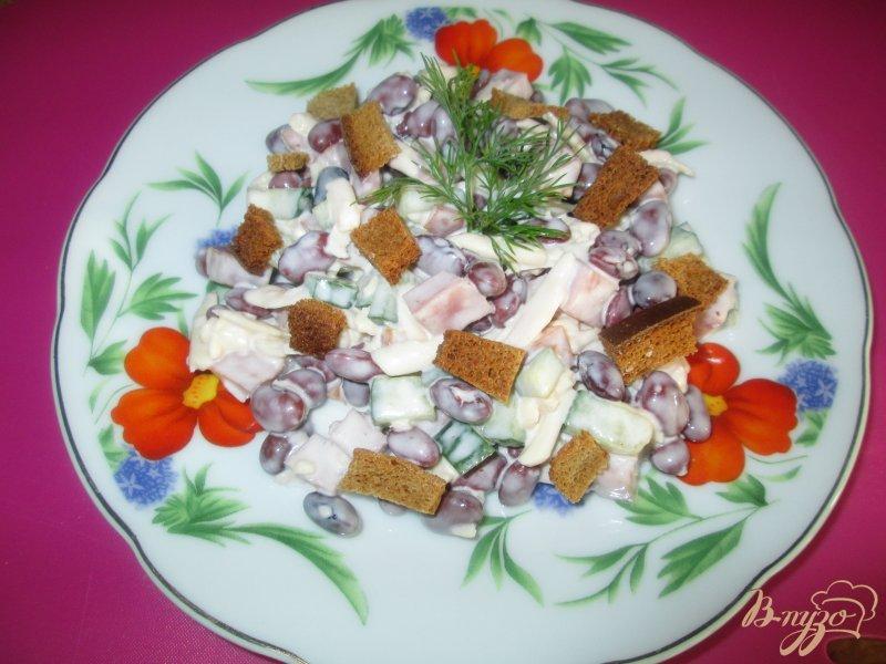 Фото приготовление рецепта: Салат с фасолью и сухариками шаг №7