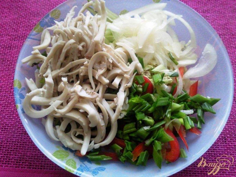 Фото приготовление рецепта: Овощной салат с кальмарами шаг №3