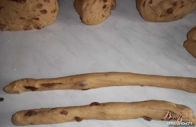 Фото приготовление рецепта: Кофейные булочки с изюмом шаг №5