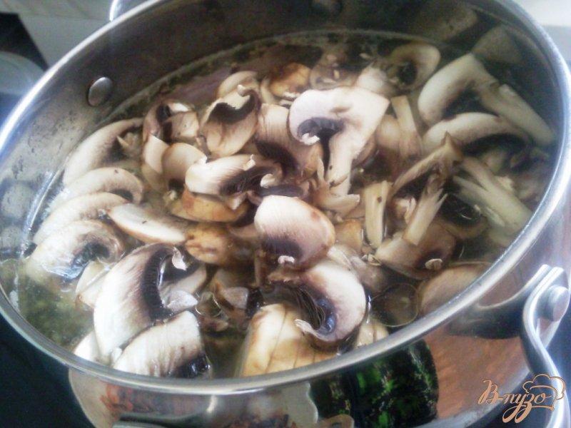 Фото приготовление рецепта: Борщ на утиных потрошках с грибами шаг №4