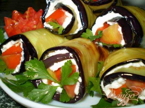 Баклажаны с творогом, чесноком и томатами