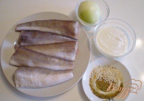Запеченный хек в сметане с кунжутом