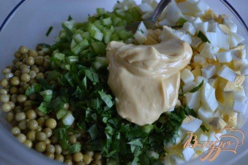 Яичный салат с горошком и сельдереем