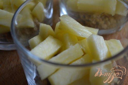 Кусочки ананаса со взбитыми сливками