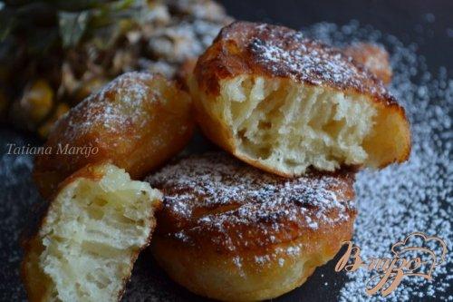 Дрожжевые пончики с кусочками ананаса