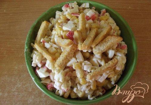 Крабовый салат с рисом и сухариками
