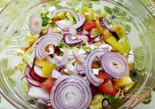 Салат с крымским луком и фетой