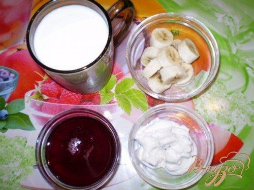 Молочный коктейль с бананом и фруктовым сиропом