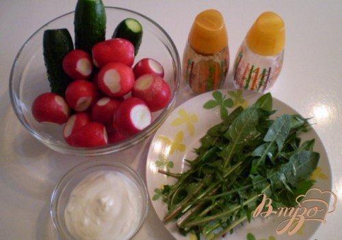 Овощной салат с листьями одуванчика и сметаной