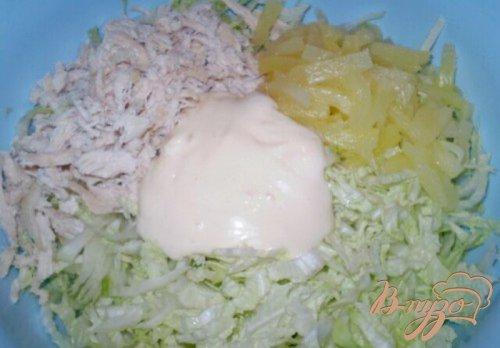 Салат из пекинской капусты с курицей и ананасом