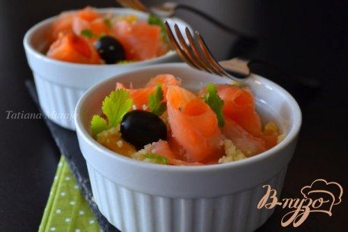 Салат с крупой , маслинами и копченой семгой