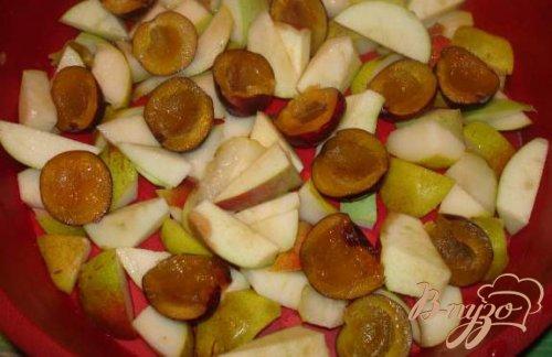 Cадовая клафутти с грушей, яблоком и сливой