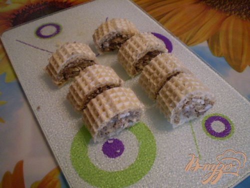 Рулеты из рыбного паштета и вафельных коржей