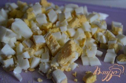 Яичный салат со свежим огурцом и редисом