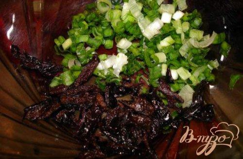 Салат из свеклы с черносливом, огурцом и луком