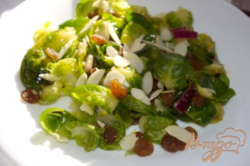 Салат с брюссельской капустой и изюмом