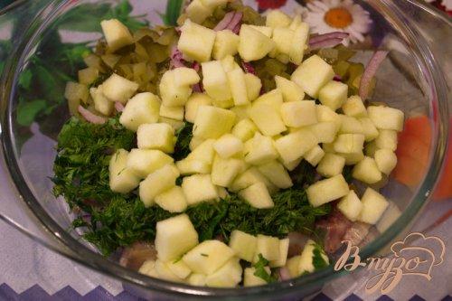 Салат с селедкой и яблоком