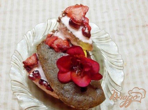 Шоколадный вишнево-клубничный пирог
