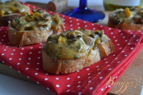 Закусочные гренки с грибами и сыром