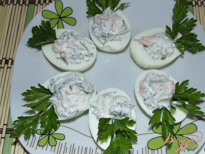 Фото приготовление рецепта: Яйца с креветками шаг №7