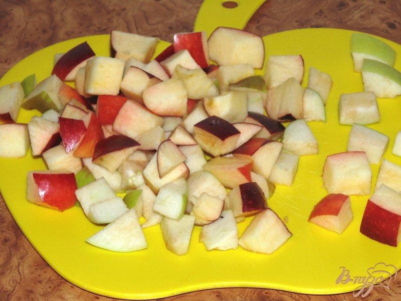 Фото приготовление рецепта: Пирог яблочный с грецкими орехами шаг №4