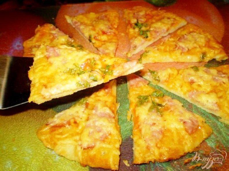 Фото приготовление рецепта: Пицца с колбасой и сыром шаг №7