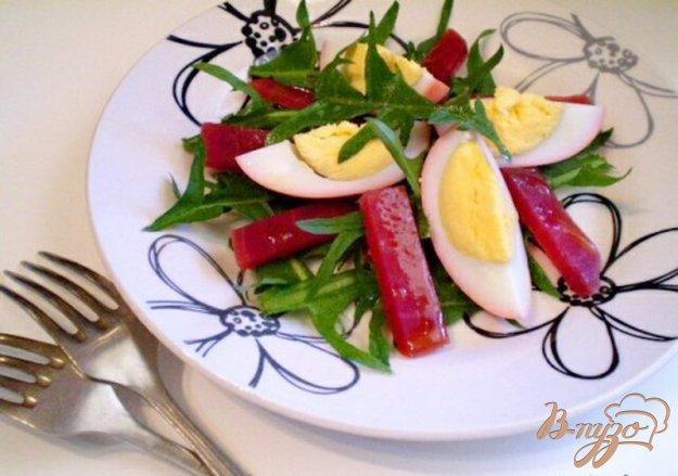 Рецепт Салат из маринованных яиц, свеклы и листьев одуванчика