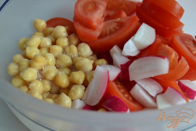 Фото приготовление рецепта: Овощной салат с нутом и зеленью шаг №2