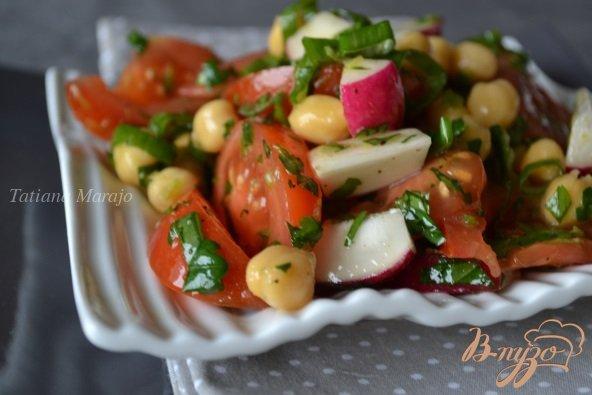 Фото приготовление рецепта: Овощной салат с нутом и зеленью шаг №4