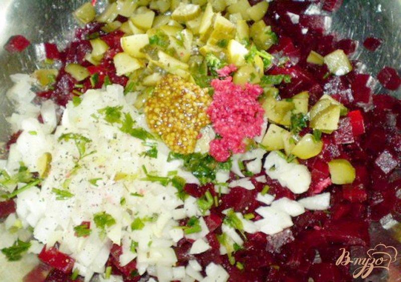 Фото приготовление рецепта: Салат свекольный с хреном, огурцом и горчицей шаг №2