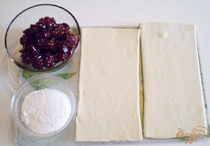 Фото приготовление рецепта: Слойки с вишней шаг №1