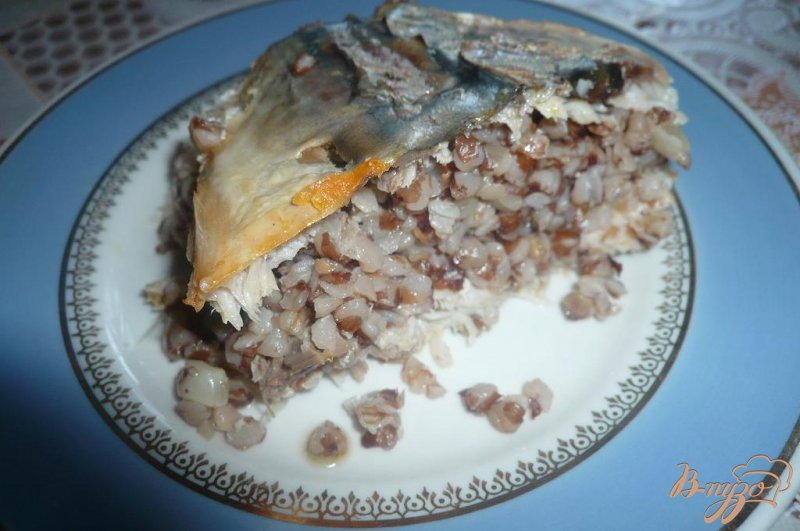Фото приготовление рецепта: Скумбрия с гречневой кашей шаг №7