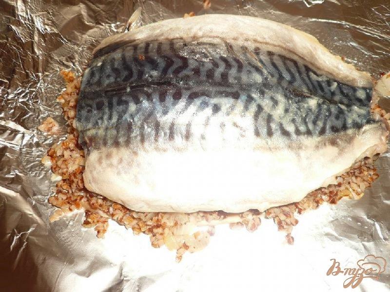 Фото приготовление рецепта: Скумбрия с гречневой кашей шаг №4