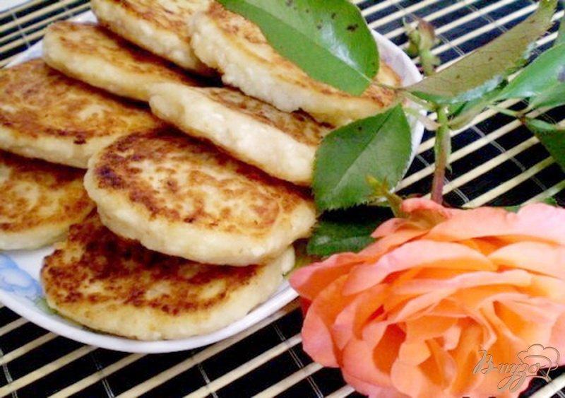 Фото приготовление рецепта: Сырники ванильные с пластивцами шаг №8